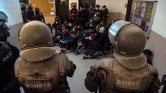 Sicherheitskräfte stehen Studierenden in der Universität gegenüber: eine Konfrontation, wie es Spanien unter Franco kannte.
