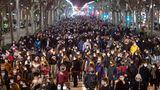 GroßerAufmarsch am Abend nach seiner Festnahme, wie hier in in Barcelona mit zunächst friedlichen Protesten.
