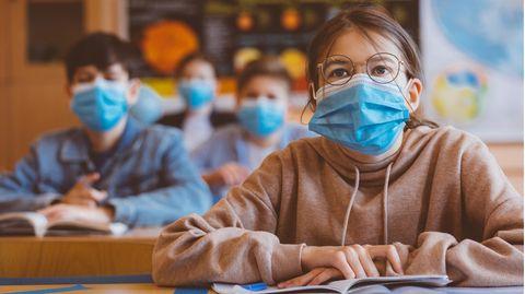 Schüler mit Masken
