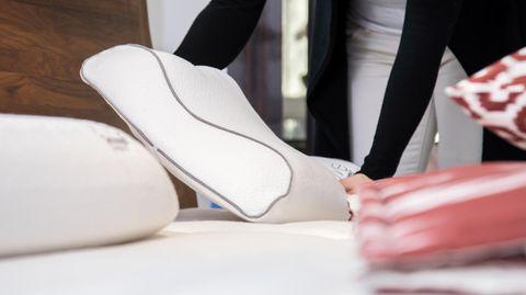 Frau nutzt ein orthopädisches Kissen