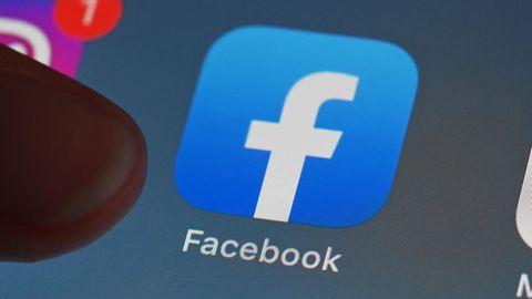 Eine Person zeigt auf einem Tablet auf die Facebook-App