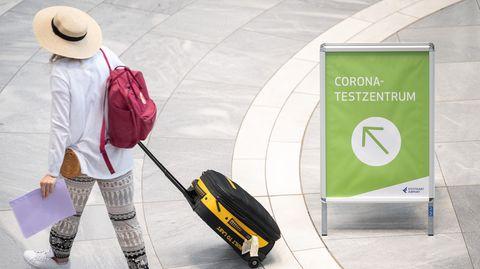 """Baden-Württemberg, Stuttgart: """"Corona-Testzentrum"""" steht auf einem Schild am Stuttgarter Flughafen"""