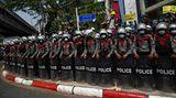 Rangun, Myanmar. Eine Einheit der Bereitschaftspolizei steht in Formation: In dem südostasiatischen Land protestieren zehntausende Menschen seit Tagen gegen den Militärputsch und den drohenden Abstieg in eine neue Ära der Diktatur.