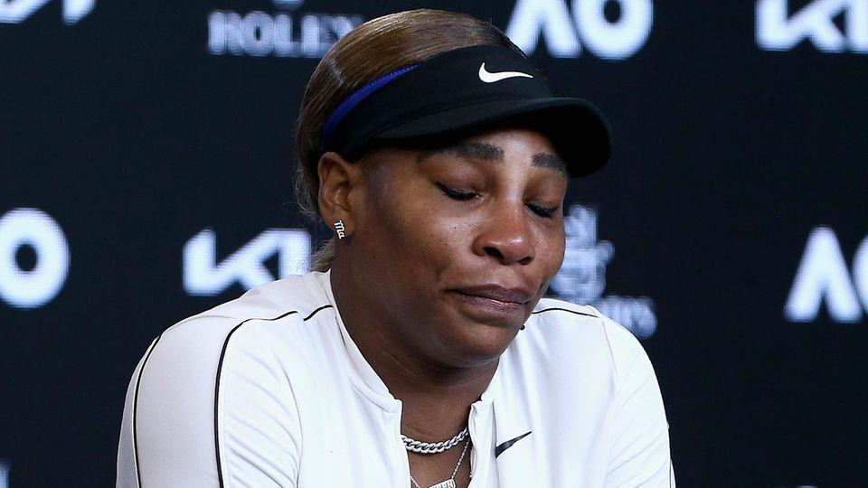 Serena Williams spricht nach dem Spiel auf einer Pressekonferenz