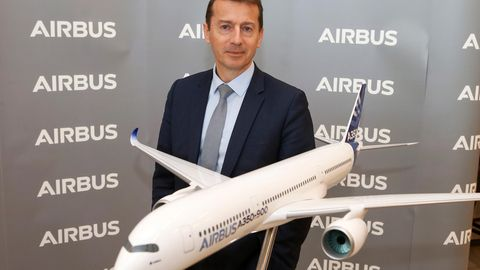 Airbus-Chef Guillaume Faury mit einem Flugzeugmodell