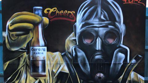 Auch der britische Street-Artist Gnasher spielt auf die mexikanische Biermarke an. Sein Kunstkwerk befindet sich in der englischen StadtRoyston inHertfordshire. Die Botschaft ist eindeutig: Cheers - Prost.