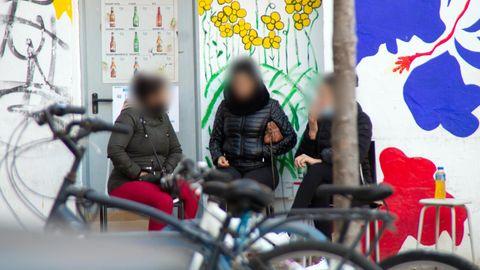 Prostituierte unterhalten sich während einer Pause an der Puerta de Sant Antoni in Palma de Mallorca