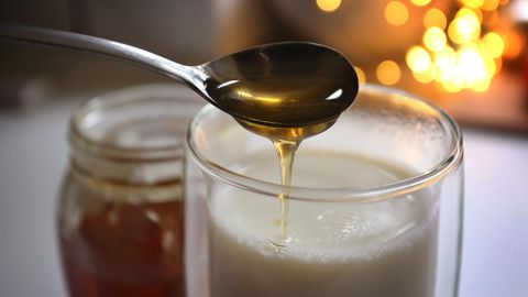 In die Moon Milk gehört auch Honig