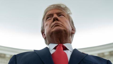 Donald aus der Froschperspektive vor weiß erleuchtetem Hintergrund