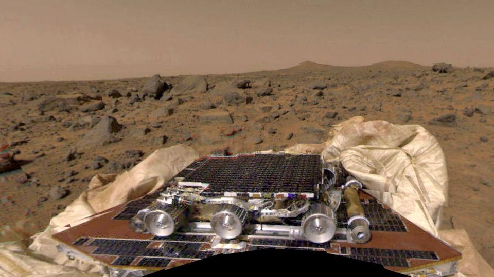 Mars Pathfinder mit dem noch nicht entfalteten Rover Sojourner vor Mars-Landschaft