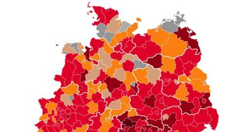 Eine Deutschlandkarte zeigt die Landkreise und Bundesländer, die je nach Corona-Lage grau bis rot eingefärbt sind