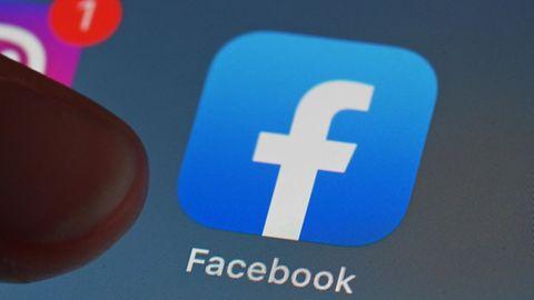 Eine Person zeigt auf einem Tablet auf die Facebook App.