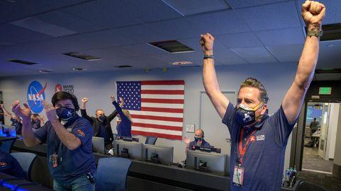 Mitarbeiter des Perseverance-Rover-Teams der NASA jubeln in der Missionskontrolle