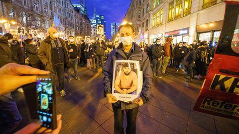 Der Vater des Opfers Ferhat Ungar hält ein Porträt seines Sohnes während einer Demonstration