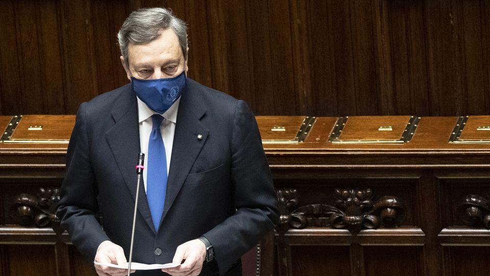 Mario Draghi, Ministerpräsident von Italien, trägt während einer Sitzung im Parlament eine dunkelblaue Mund-Nasen-Bedeckung