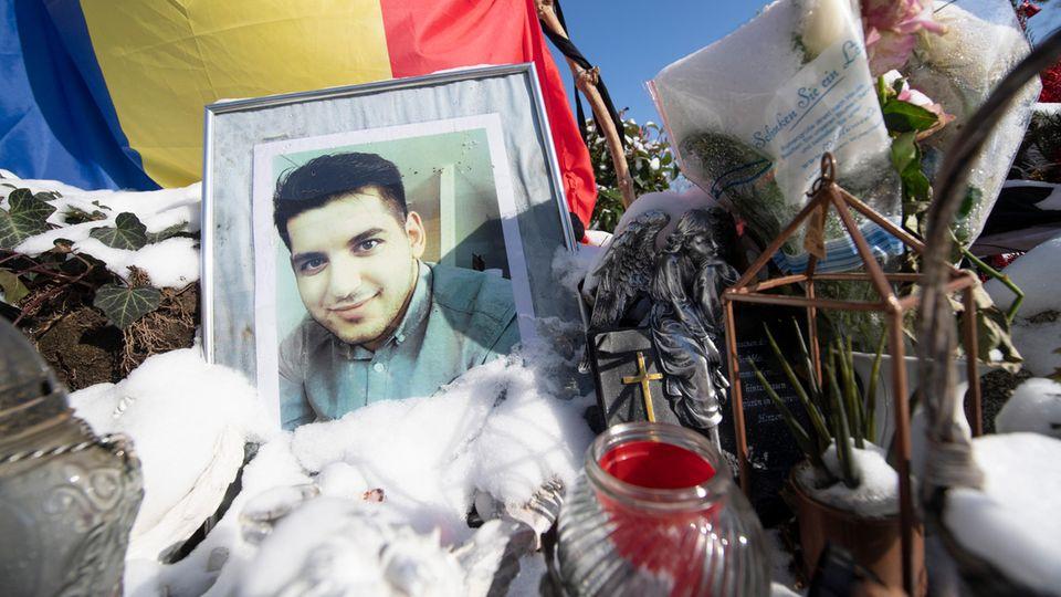 Ein Foto erinnert am Anschlagsort in Hanau-Kesselstadt an Vili-Viorel Paun, der erschossen worden war