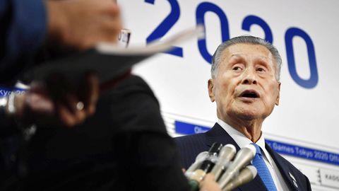 Der ehemalige Leiter des olympischen Komitees in Japan spricht mit Journalisten.