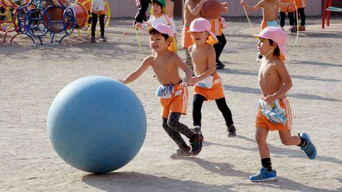 Kinder spielen auf einem Spielplatz in einem Kindergarten in Tokio, Japan