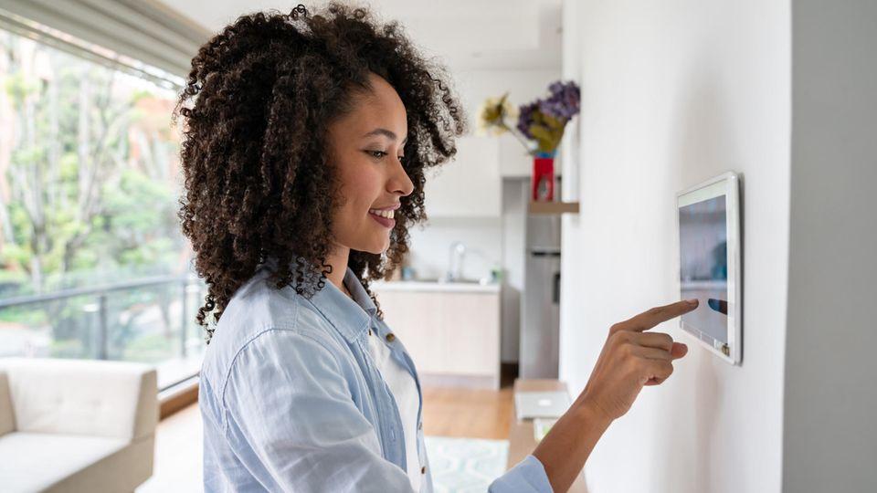 Ein Frau richtet ihr Smart Home ein – dank tink-Angebot.