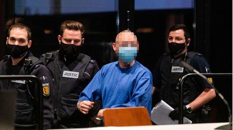 Der Angeklagte Yves R. wird von Justizbeamten in den Verhandlungssaal geführt (Archivfoto)