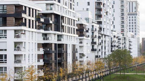 Blick in eine Straße mit Wohnhäusern in Düsseldorf