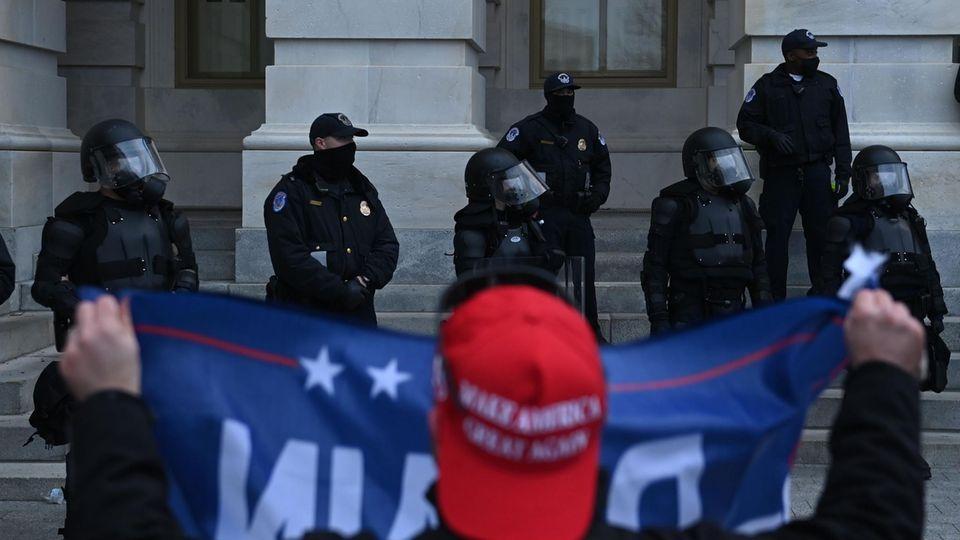 Trump-Anhänger konfrontieren Polizisten am 6. Januar vor dem US-Kapitol in Washington DC