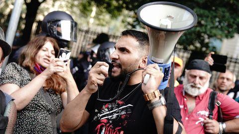 Attila Hildmann spricht vor der russischen Botschaft in Berlin bei einer Demonstration gegen die Corona-Maßnahmen.