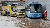 Jakarta, Indonesien.Menschen warten darauf, dass das Wasser abfließt, während ihre Fahrzeuge auf einer überfluteten Mautstraße nach heftigen Regenfällen stecken bleiben. Starke Regenfälle in Kombination mit einer schlechten Planung der städtischen Kanalisation führen oft zu schweren Überschwemmungen in Teilen des Großraums Jakarta.