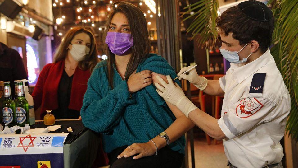 Impfung in einer Bar in Tel Aviv