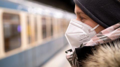Coronavirus: Ein Frau mit FFP2-Maske wartet in einer U-Bahnstation auf die Bahn