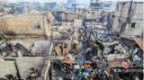 Manila,Philippinen. Bewohner eines Slums suchen nach einem Feuer nach den Resten ihres Hab und Guts. Bei dem Brand wurden rund 300 Häuser zerstört, fünf Menschen verloren ihr Leben