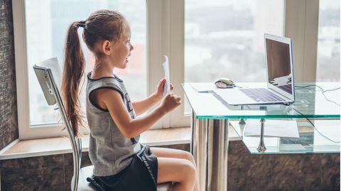 Mädchen im Online-Unterricht vor Computer