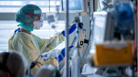 Eine Pflegekraft auf einer Intensivstation mit Covid-19-Patienten