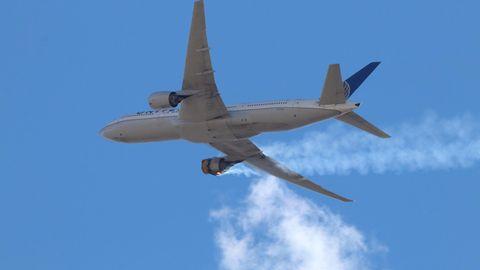 Brennendes Triebwerk einer Boeing 777 über Denver