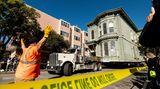 San Francisco, USA.Ein Lastwagen zieht ein viktorianisches Haus durch San Francisco. Das 1882 erbaute Haus wurde an einen neuen Standort etwa sechs Blocks entfernt verlegt, um an seinem ursprünglichen Standort Platz für eine neue Apartmentanlage zu schaffen. Nach Angaben des Beraters, der das Projekt beaufsichtigte, kostete der Umzug etwa 200.000 Dollar und beinhaltete das Entfernen von Straßenlampen, Parkuhren und Versorgungsleitungen.