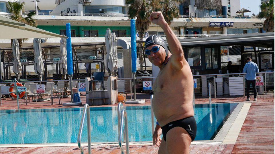 Besucher eines Schwimmbads in Tel Aviv