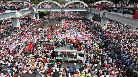 Myanmar, Rangun: Demonstranten versammeln sich zu einem Protest in der Innenstadt