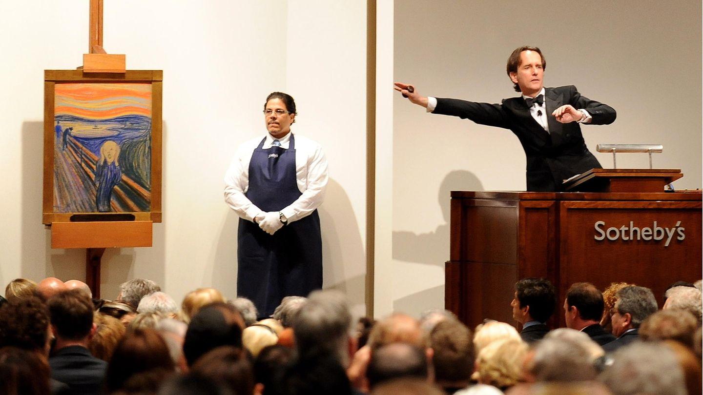 Auktionator und und Munch-Gemälde vor einem bietenden Publikum