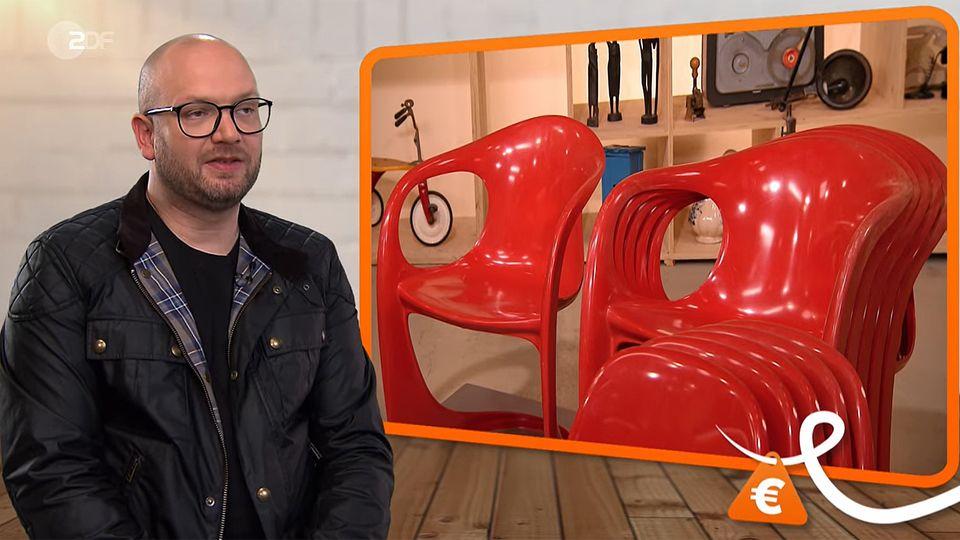 Bares für Rares Experte Sven Deutschmanek sitzt in Pulheim in Studio und spricht über die roten Stühle
