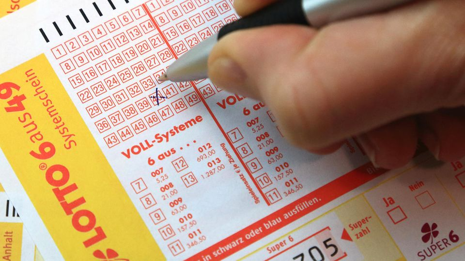 Spielscheine der Lotto Toto Sachsen-Anhalt GmbH werden ausgefüllt.