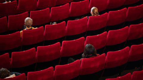 Wenige Besucher sitzen mit weitem Abstand zueinander aufgrund der Corona-Pandemie in einem Kinosaal (Archivfoto)