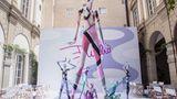 Übergroße Kunstfiguren in Pucci-Optik