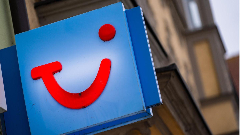 Das Logo des Reiseunternehmens TUI ist an der Fassade eines Reisehändlers angebracht