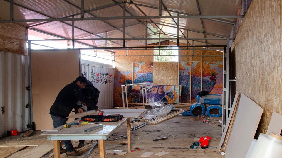 Bauarbeiten an der Schule auf dem Gelände des One Happy Family Community Centers für Flüchtlinge auf Lesbos