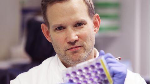 """Der Bonner Virologe Hendrick Streeck ist umstritten. Doch er fordert seit langem eine Abkehr vom """"absoluten Fokus auf dieNeuinfektionen"""". Ein Kurs, auf den jetzt viele einschwenken."""
