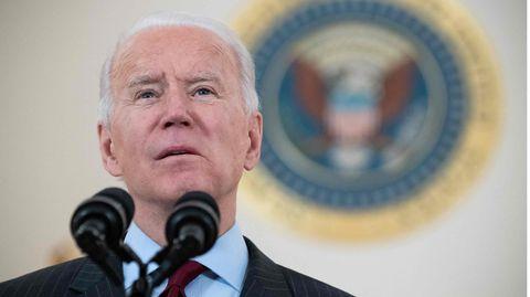 Joe Biden spricht in zwei Mikrofone