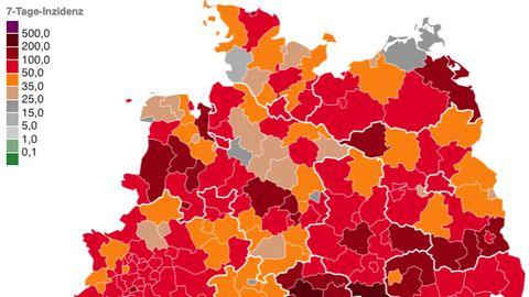 Eine Karte zeigt die Landkreise in der Nordhälfte Deutschlands, nach Corona-Lage in unterschiedlichen Rot-Tönen eingefärbt