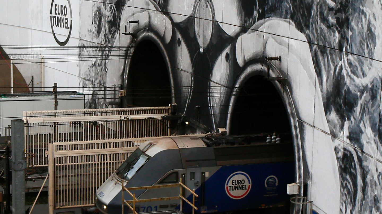Ein leerer Zug verlässt den Eurotunnel
