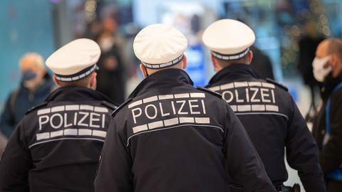 Drei Polizisten kontrollieren die Einhaltung der Mundschutz-Verordnung.
