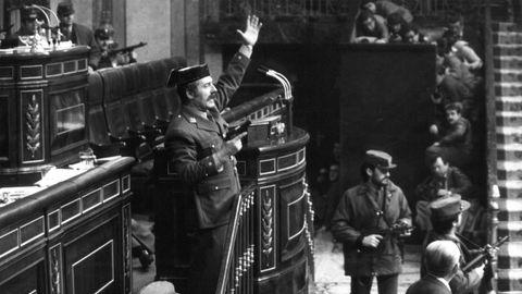 Mit gezogener Pistole steht der Putschist Antonio Tejero Molina gestikulierend am Rednerpult im spanischen Parlament. Der Oberstleutnant stürmte damals mit mehr als 200 Mann der paramilitärischen Guardia Civil das Parlamentsgebäude in Madrid und nahm die Abgeordneten mitsamt der Regierung als Geiseln. Durch den Einsatz von König Juan Carlos für die demokratische Ordnung brach der Putschversuch nach 18 Stunden zusammen.  Spanien gedenkt am Dienstag des Putschversuchs im Februar 1981, der wenige Jahre nach dem Ende der faschistischen Diktatur von Francisco Franco die junge Demokratie erschütterte. Bei einer Zeremonie zum 40. Jahrestag im Parlament in Madrid sollten König Felipe VI. und Regierungschef Pedro Sánchez sprechen. Nicht anwesend war der ehemalige König Juan Carlos I., der während des Putschversuchs eine entscheidende Rolle spielte, sich aber wegen Ermittlungen zu mutmaßlicher Steuerhinterziehung im Exil aufhält.